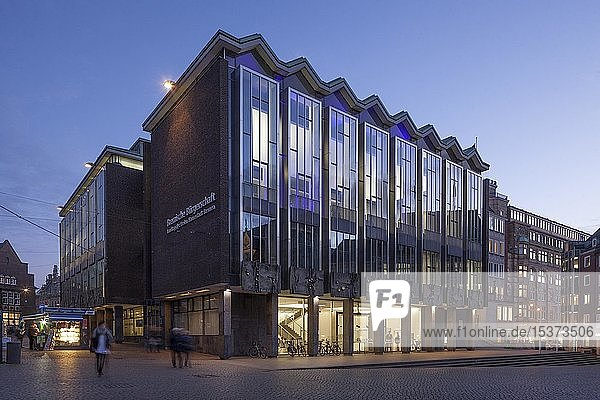 Parlamentsgebäude  Haus der Bremischen Bürgerschaft am Bremer Marktplatz bei Abenddämmerung  Bremen  Deutschland  Europa