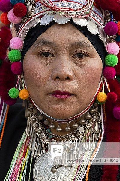 Akha Frau mit Kopfschmuck  Kopfbedeckung mit Silbermünzen  traditionelle Kleidung  Portrait  Provinz Chiang Rai  Nordthailand  Thailand  Asien
