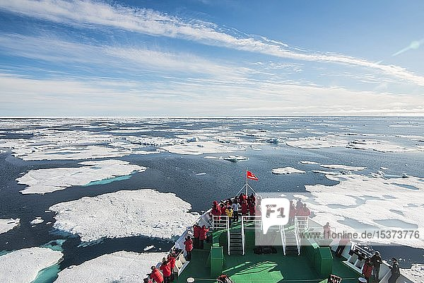 Expeditionsschiff navigiert durch Packeis in der Arktis  Svalbard  Norwegen  Europa