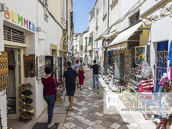 Gasse mit Souvenirläden in der Altstadt  Otranto  Provinz Lecce  Salentinische Halbinsel  Apulien  Italien  Europa
