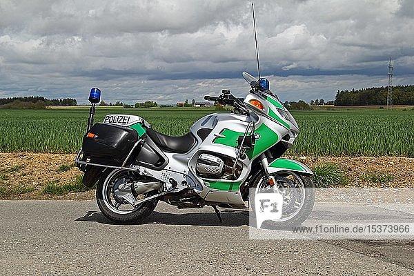 Polizei-Motorrad  BMW  geteerte Straße  Oberschwaben  Baden-Württemberg  Deutschland  Europa