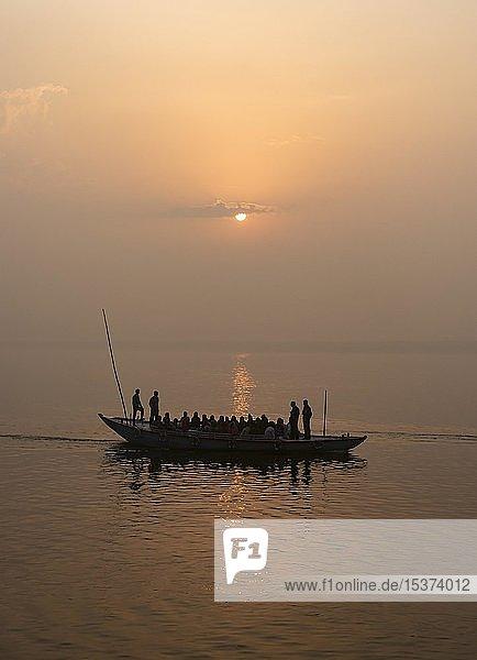 Silhouette von einem Boot auf dem Ganges bei Sonnenaufgang  Varanasi  Uttar Pradesh  Indien  Asien