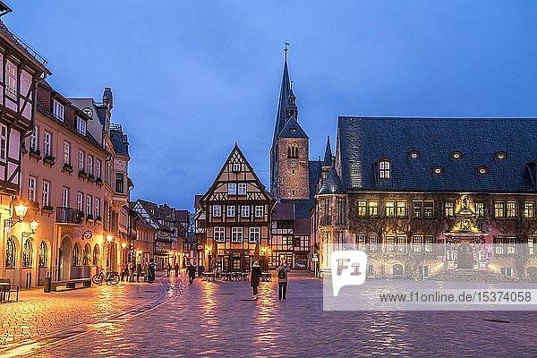 Marktplatz mit Rathaus und Marktkirche St. Benedikti in der Abenddämmerung  Quedlinburg  Sachsen-Anhalt  Deutschland  Europa