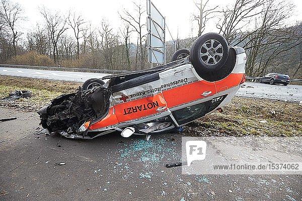 Notarzt-Einsatzfahrzeug hat sich bei Zusammenstoß mit PKW überschlagen  Unfall auf der B414  Rheinland-Pfalz  Deutschland  Europa