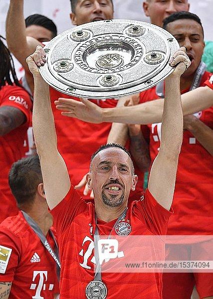 Franck Ribery FC Bayern München  Jubel mit Meisterschale  Trophäe  Meisterfeier 2019  FC Bayern München ist zum 29. Mal Deutscher Meister der Bundesliga  Allianz-Arena  München  Bayern  Deutschland  Europa