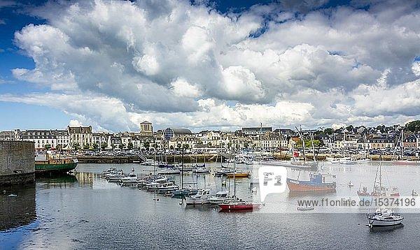 Concarneau  Blick auf den Hafen  Departement Finistere  Bretagne  Frankreich  Europa