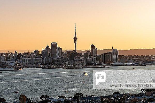 Skyline von Auckland bei Sonnenuntergang  Waitemata Hafen  Sky Tower  Central Business District  Auckland  Nordinsel  Neuseeland  Ozeanien