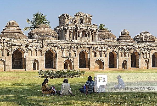Touristengruppe entspannt sich in den Elefantenställen  Hampi  Indien  Asien