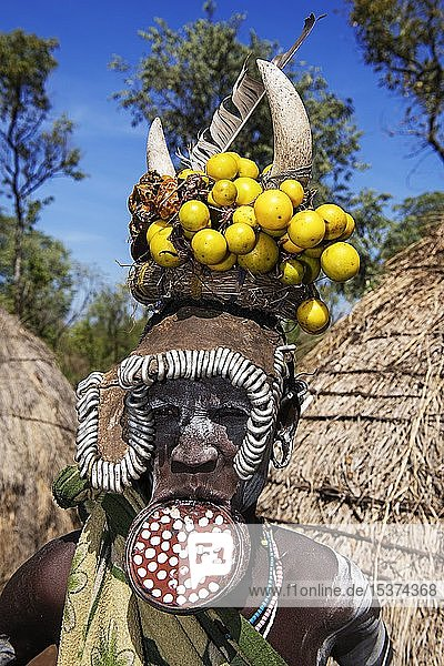 Frau mit großem Lippenteller und Kopfschmuck  Volksstamm der Mursi  Mago Nationalpark  Region der südlichen Nationen Nationalitäten und Völker  Äthiopien  Afrika
