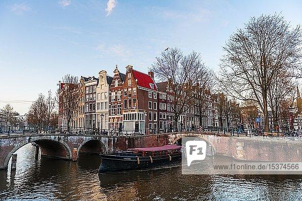 Abendstimmung  Kanal mit Brücke  Keizersgracht und Leidsegracht  Gracht mit historischen Häusern  Amsterdam  Nordholland  Niederlande  Europa