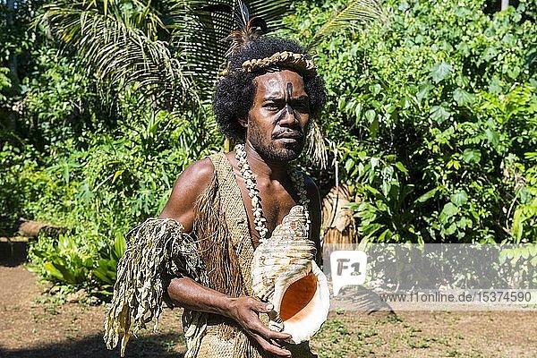 Mann mit Riesenmuschel  Ekasup Kulturdorf  Efate  Vanuatu  Ozeanien