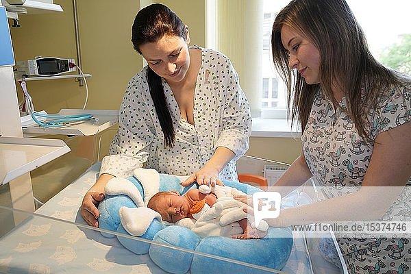 Mutter mit Krankenschwester kümmert sich um Neugeborenes auf der Intensivstation  Karlsbad  Tschechien  Europa