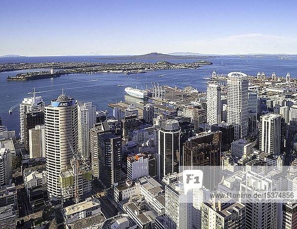 Ausblick von der Aussichtsplattform des Sky Tower  Skyline mit Hochhäusern und Hafen  Central Business District  Auckland  Nordinsel  Neuseeland  Ozeanien
