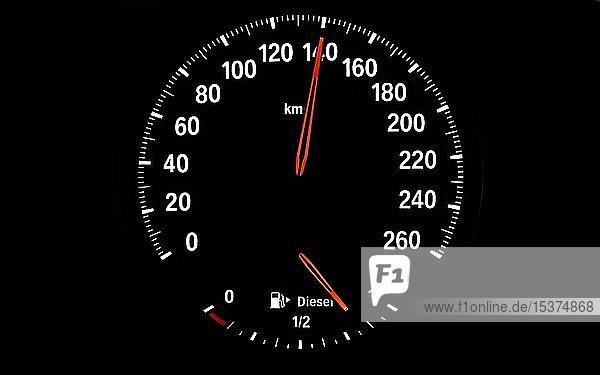 Tachometer mit Kraftstoffanzeige für Diesel  Geschwindigkeit 140 km/h  Symbolbild Gefahr durch überhöhte Geschwindigkeit  zu schnelles Fahren  Deutschland  Europa