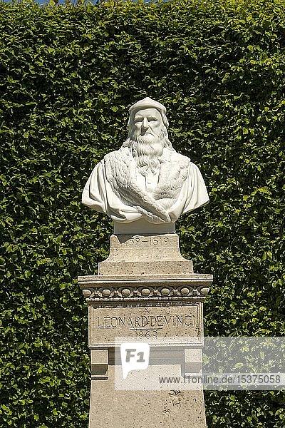 Leonardo-da-Vinci-Statue im Garten des Chateau d'Amboise  Loiretal  Departement Indre-et-Loire  Centre-Val de Loire  Frankreich  Europa
