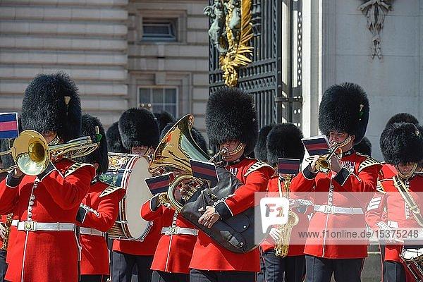 Blaskapelle der Wachmannschaft  Wachwechsel  Changing of the guards vor Buckingham Palace  London  England  Großbritannien  Europa