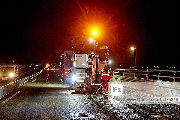 Erneuern des Fahrbahnbelags bei Nacht  Baustelle auf Autobahn A48  Bendorf  Rheinland-Pfalz  deutschland