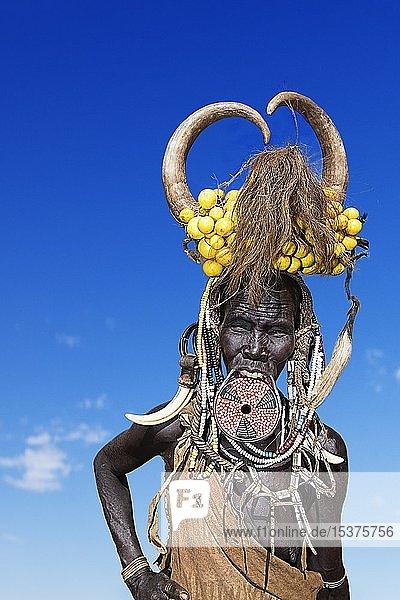 Frau mit großem Lippenteller und Hörnern  Volksstamm der Mursi  Mago Nationalpark  Region der südlichen Nationen Nationalitäten und Völker  Äthiopien  Afrika
