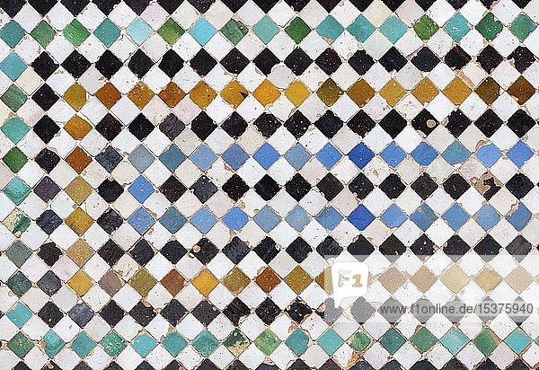 Mosaik aus quadratischen farbigen Keramikfliesen  Palacios Nazaries  Nasridenpaläste  Alhambra  Granada  UNESCO Weltkulturerbe  Andalusien  Spanien  Europa