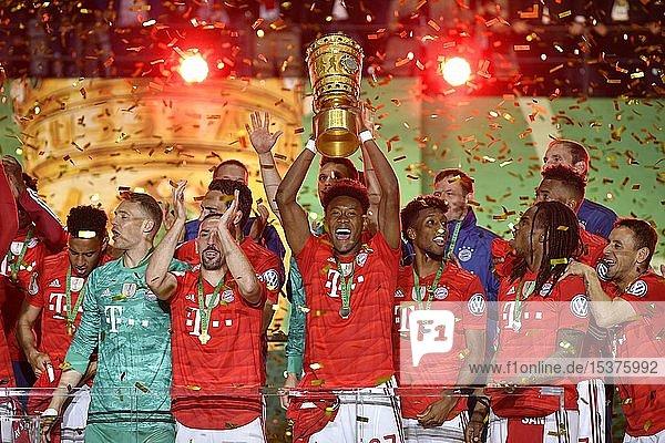 David Alaba FC Bayern München mit Pokal  Jubel beim FC Bayern München nach Pokalsieg  76. DFB-Pokalfinale  RB Leipzig  RBL  gegen FC Bayern München  FCB  Olympiastadion Berlin  Deutschland  Europa