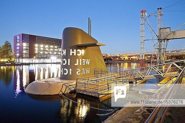 Kunstwerk U-Boot-Insel am Museum Küppersmühle in der Dämmerung  Innenhafen  Duisburg  Ruhrgebiet  Nordrhein-Westfalen  Deutschland  Europa