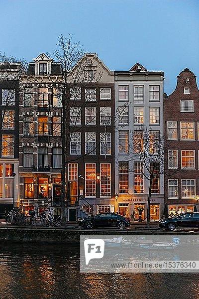Abendstimmung  Kanal mit Brücke  Gracht mit historischen Häusern  Amsterdam  Nordholland  Niederlande  Europa