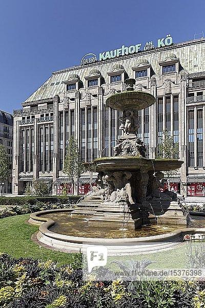 Kaufhof an der Kö  Königsallee  Schalenbrunnen am Corneliusplatz  Düsseldorf  Rheinland  Nordrhein-Westfalen  Deutschland  Europa