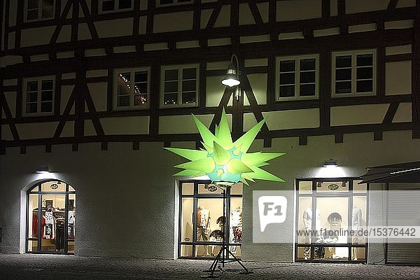 Lichtkunst  beleuchtet  Stern  Fassade  Schaufenster  Langzeitbelichtung  Innenstadt  lange Einkaufsnacht  Biberach a.d. Riss  Oberschwaben  Baden-Württemberg  Deutschland  Europa