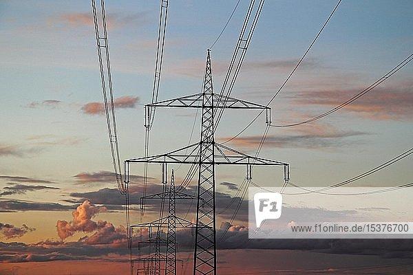 Strommasten nach Sonnenuntergang  Wolken  Himmel  Oberschwaben  Baden-Württemberg  Deutschland  Europa