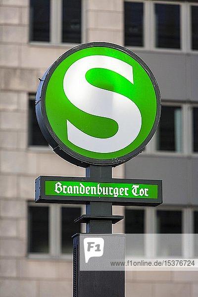 S-Bahnhof Brandenburger Tor  Schild  Unter den Linden  Berlin  Deutschland  Europa