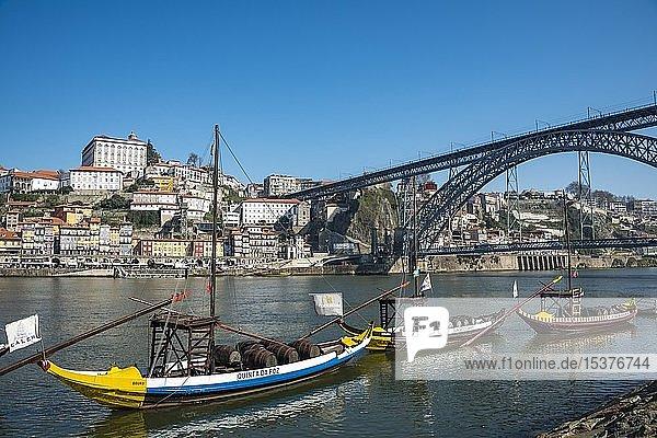 Rabelo Boote  Portweinboote auf dem Fluss Rio Douro  hinten Brücke Ponte Dom Luís I  Porto  Portugal  Europa