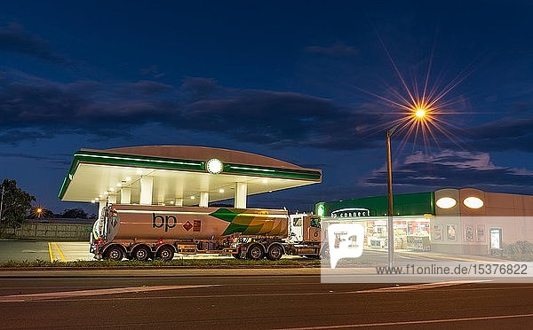 Tankwagen vor Tankstelle mit Straßenbeleuchtung bei Nacht,  Otago,  Südinsel,  Neuseeland,  Ozeanien