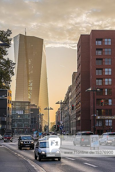 Europäische Zentralbank  EZB  Straßenverkehr  Morgenlicht  Frankfurt am Main  Hessen  Deutschland  Europa