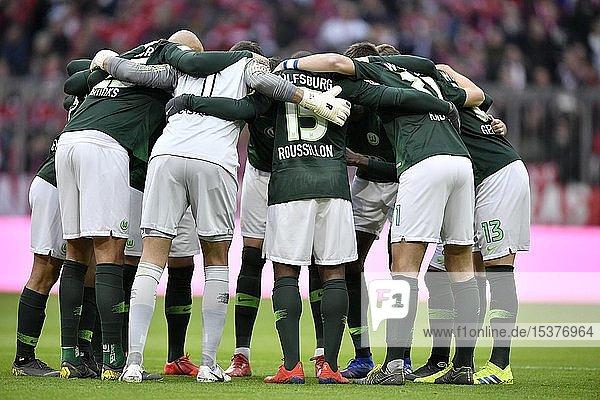 Teambuilding  Kreis der Mannschaft vor Spielbeginn  VfL Wolfsburg  Allianz Arena  München  Bayern  Deutschland  Europa
