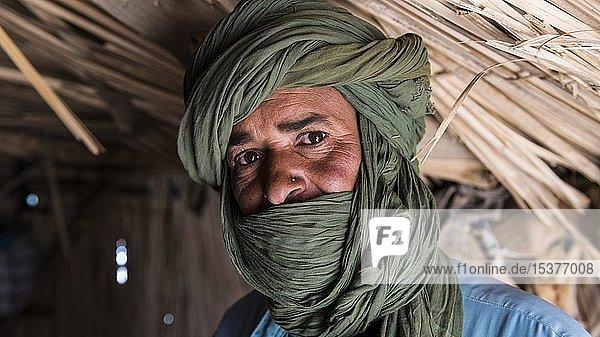 Freundlicher Tuareg in seiner Hütte  bei Tamanrasset  Algerien  Afrika