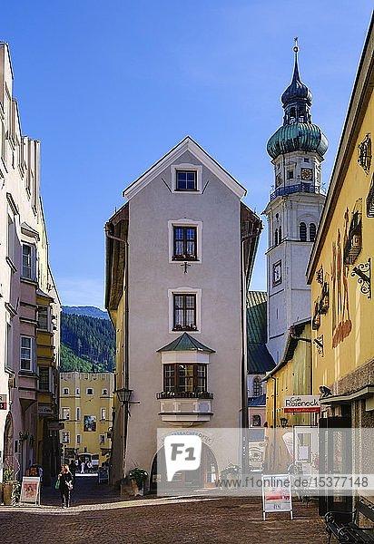 Wallpachgasse mit Pfarrkirche St. Nikolaus  Altstadt  Hall in Tirol  Inntal  Tirol  Österreich  Europa