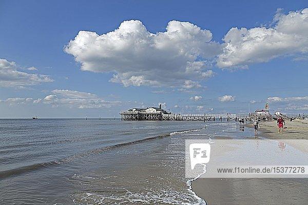 Strand mit Pfahlbau  Restaurant Strandbar 54° Nord  St. Peter-Ording  Schleswig-Holstein  Deutschland  Europa