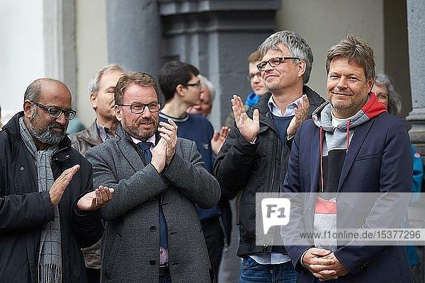 Der Politiker Robert Habeck  Bundesvorsitzender von BÜNDNIS 90/DIE GRÜNEN  geniessst den Applaus nach einem Wahlkampfauftritt auf dem Jesuitenplatz in Koblenz  Deutschland  Europa
