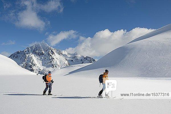 Skibergsteiger bei Tour zum Pilan  Austvågøy  Lofoten  Norwegen  Europa