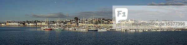 Kreuzfahrthafen und Uferpromenade am Camaret sur-Mer-Hafen,  Departement Finistere,  Bretagne,  Frankreich,  Europa