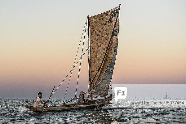 Fischer bei Sonnenaufgang in traditionelle Pirogue Auslegerboot auf dem Indischen Ozean  Madagaskar  Afrika