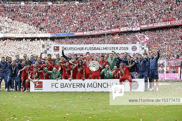 Mannschaftsfoto  Gruppenbild  Meisterfeier 2019  FC Bayern München ist zum 29. Mal Deutscher Meister der Bundesliga  Allianz-Arena  München  Bayern  Deutschland  Europa