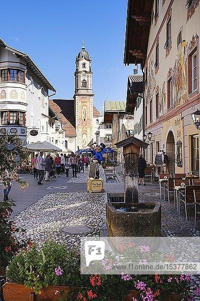 Historische Häuser im Ortszentrum mit Kirche St. Peter und Paul  Mittenwald  Werdenfelser Land  Oberbayern  Bayern  Deutschland  Europa