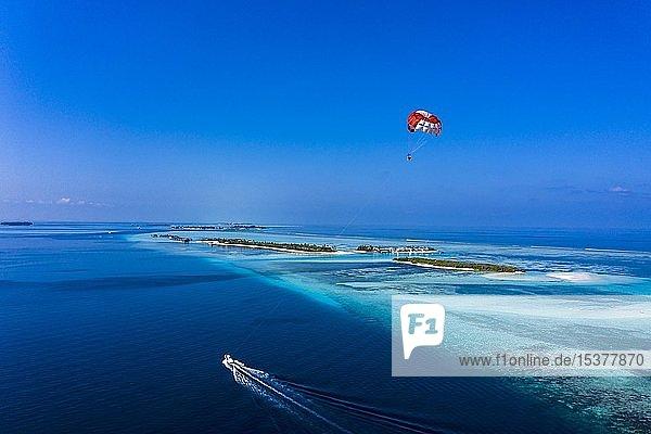 Luftaufnahme  Gleitschirmflug entlang eines Atolls der Malediven  Süd-Male-Atoll  Malediven  Asien