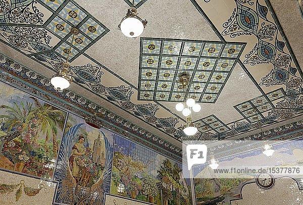 Wanddekoration mit Keramikfliesen im Wartesaal  Valencianischer Modernismus  Hauptbahnhof  Estació del Nord  Valencia  Provinz València  Spanien  Europa