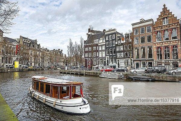 Boot auf einer Gracht mit historischen Häusern  Amsterdam  Nordholland  Niederlande  Europa
