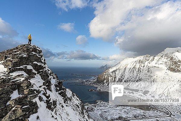 Wanderin blickt vom Volandstinden in die Ferne  hinten Ramberg  Flakstadøya  Lofoten  Norwegen  Europa