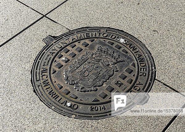 Kanaldeckel mit Wappen der Stadt Santander  Spanien  Europa