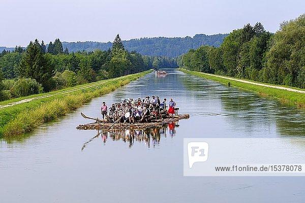 Floßfahrt  Flöße auf Isarkanal in Aumühle bei Egling  Oberbayern  Bayern  Deutschland  Europa