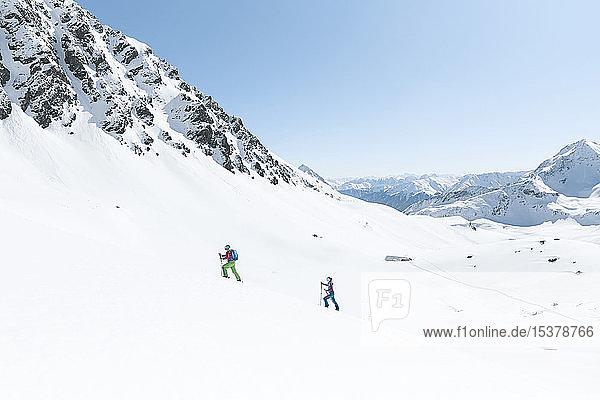 Paar Skitouren in den Bergen  Kühtai  Tirol  Österreich